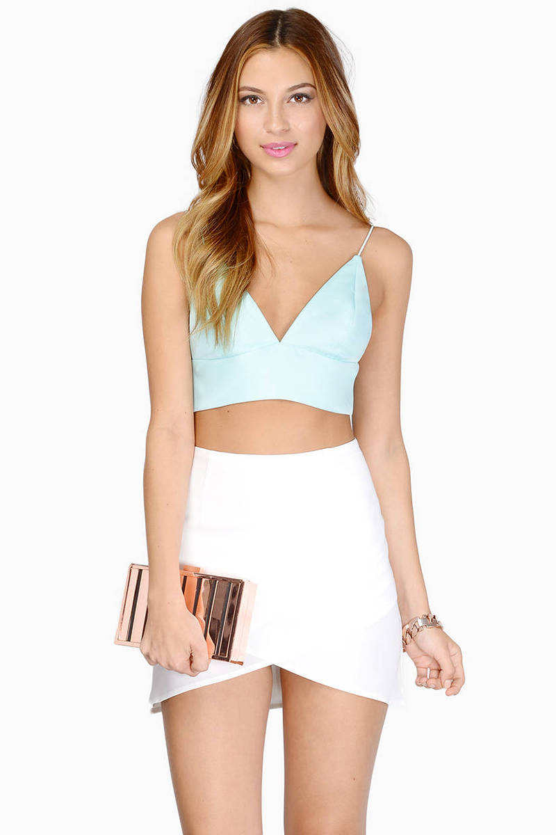 Sexy Tops: Cold Shoulder & Cute Tops. Whether you're shopping for cute little tops, cold shoulder and off-the-shoulder tops, devastatingly sexy women's blouses, sweaters for all seasons or alluring tanks, bustiers and halters, bebe has the best selection of sexy tops and shirts to complete your wardrobe and make outfit after outfit look amazing.