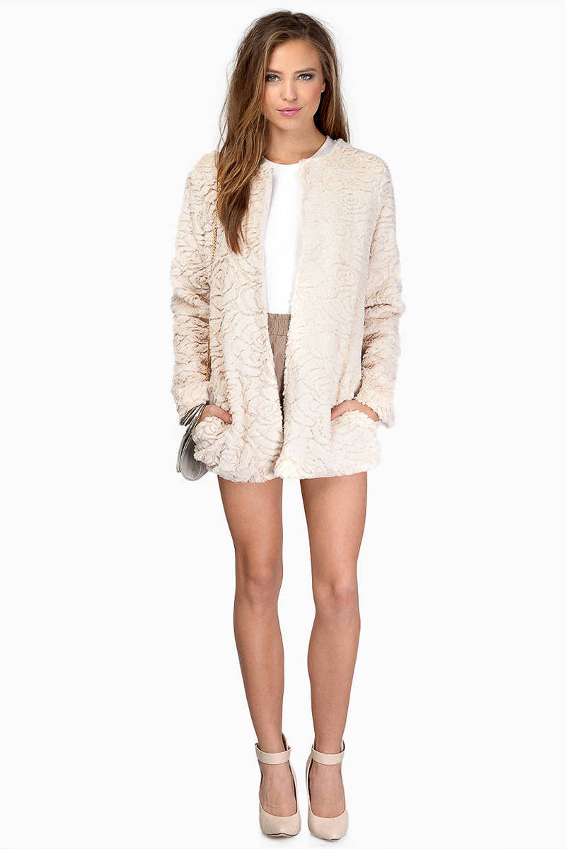 Apr 03, · all fur coat and no knickers (not comparable) (idiomatic, derogatory) Having a superficially positive appearance that is belied by the reality, e.g., superficially elegant and beautiful but actually common.
