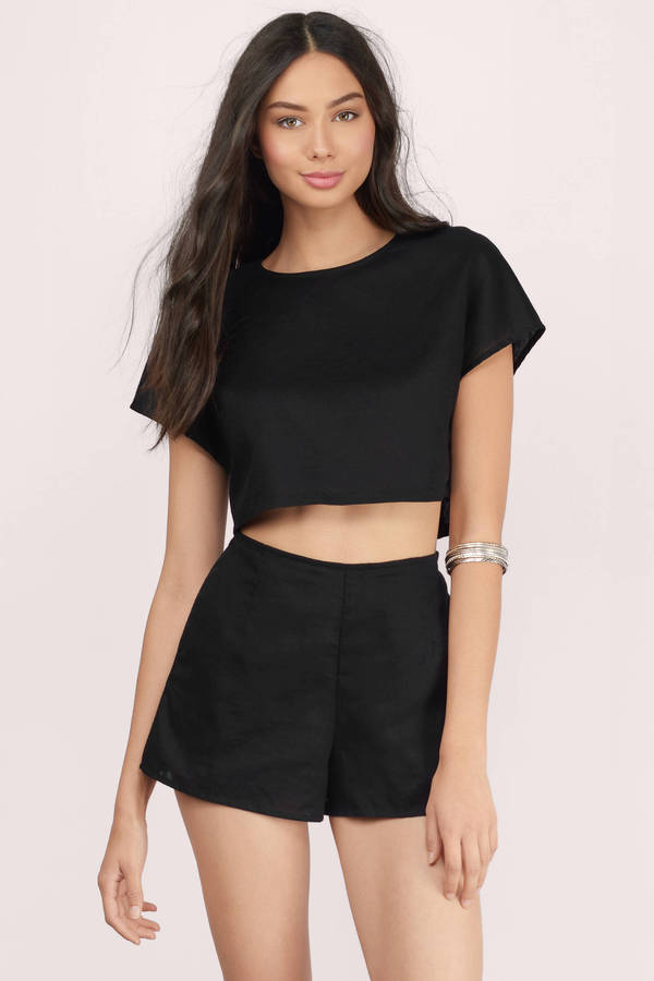 This summer however, we want to keep cool — while still rocking some good ole fashion noir. Well, say hi to the black crop top. Just like its cousin, the white crop top, the black crop top is a.